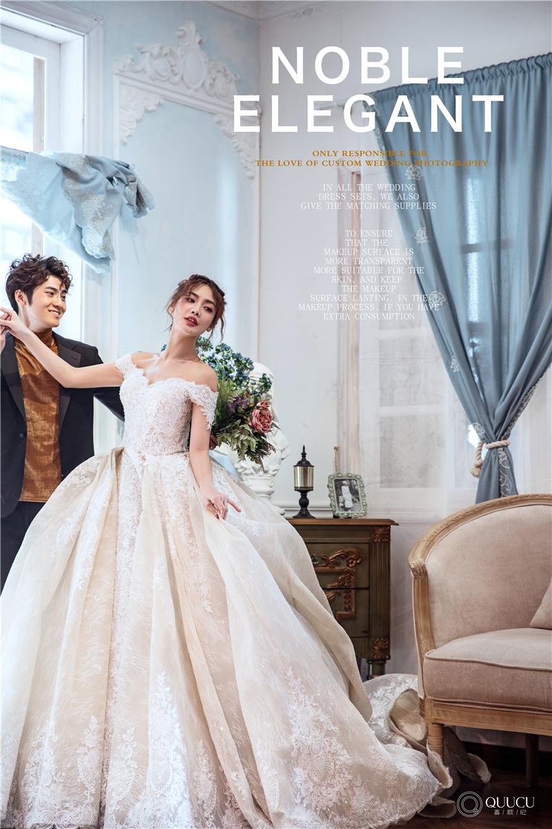 拍婚纱照的情侣装丽江