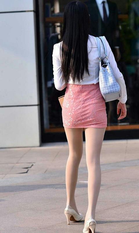 街拍:同职业装美女,图1黑粉色黑丝袜,图2短裙包臀裙与上错身美女grayson图片