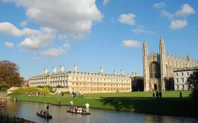 劍橋大學坐落于英國劍橋,是一所世界著名的公立研究型大學,采用書院