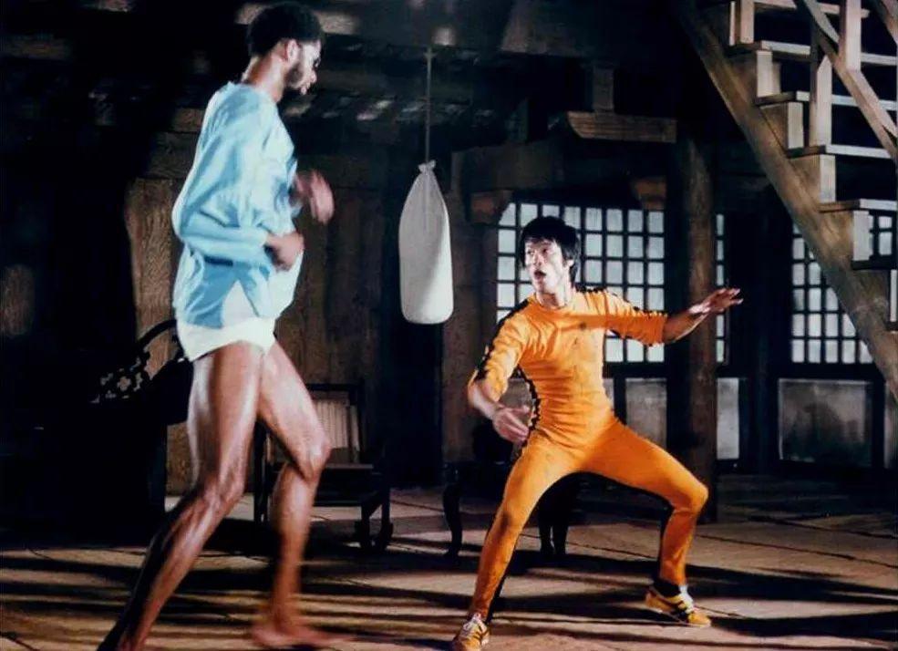 跪求成人电影_另一幕则是 1978 年,李小龙的「死亡游戏」电影中,身穿黄色战袍,双脚