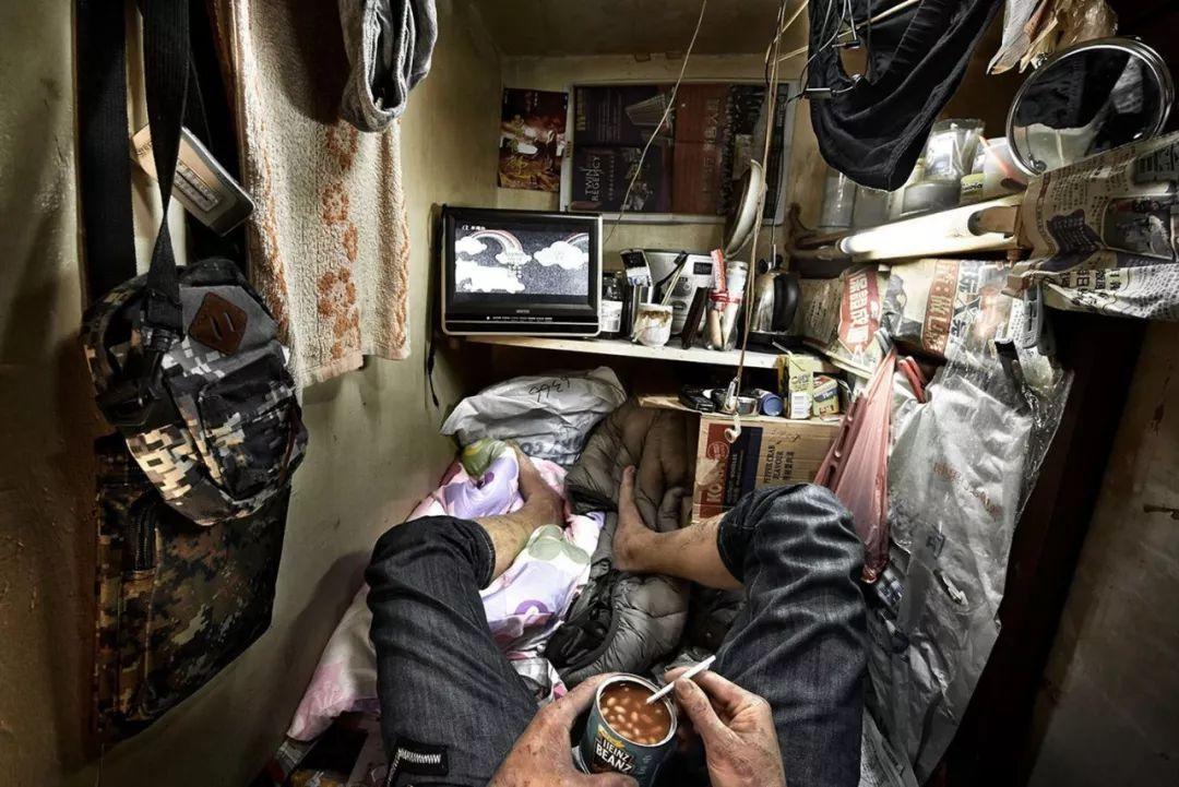 40平米20个床位,看看香港的棺材屋