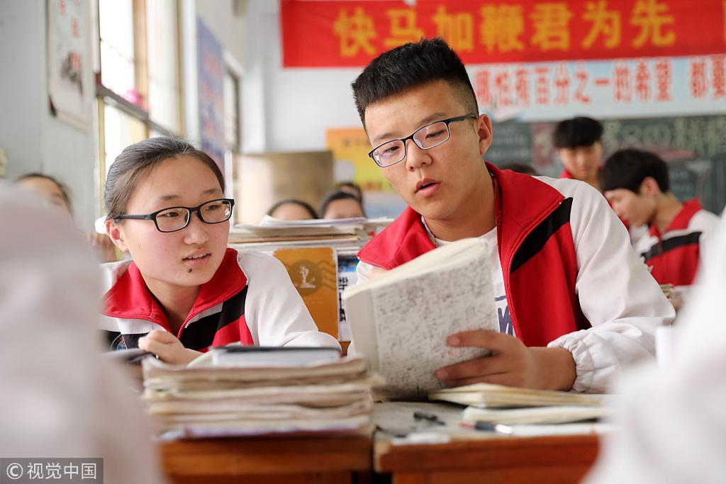 高三学生�y..�.��(N�_2018年5月29日,河南省焦作市,温县一中高三学生在教室内复习功课.