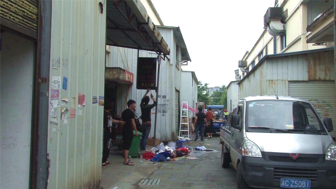 我镇开展集中拆除小包装工业园区内违章建筑物