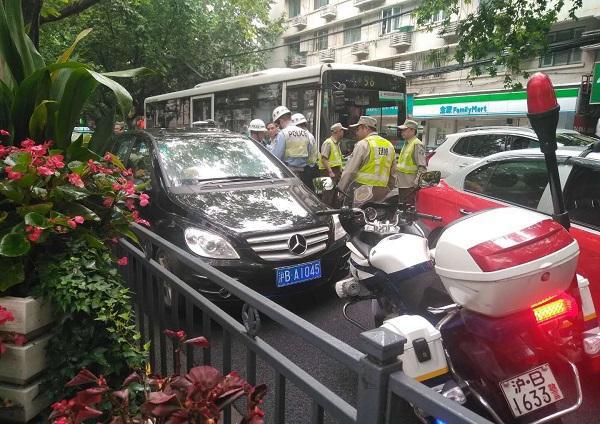 套牌奔驰被查时逃逸撞断民警三根肋骨,驾驶员被上海警方刑拘