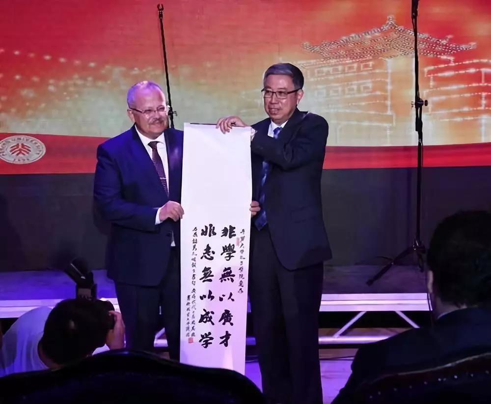 2018香港马报正版免费资料44个国家和地区261所知名大学领导齐聚北京大学