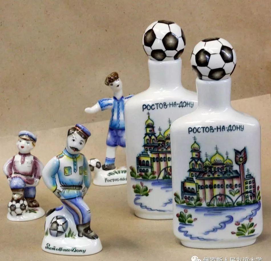 2018世界即将到来,当地semikarakorskaya制陶厂推出了世界杯足球主题
