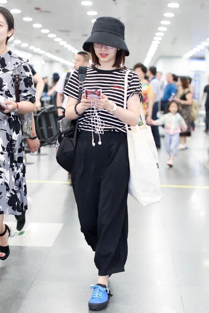 譚松韻T恤搭配闊腿褲,機場私服誤穿成五五分,網友:幸虧臉美