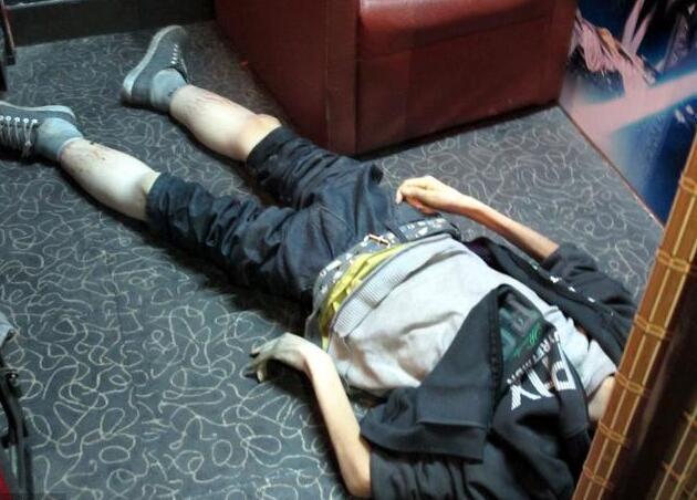 男子三根大血管堵了2根,半夜心梗离世,医生解释:两件事害的!