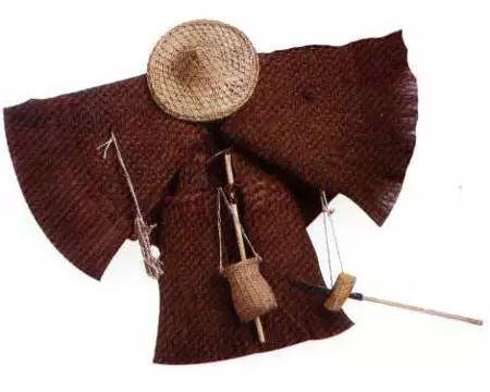 爷爷用过的镰刀,耘刀和蓑衣.