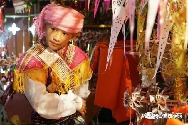 欧美时尚杂���dy��_在西双版纳傣族升和尚习俗中,小男孩经过剃度更衣后,要经过众人的\