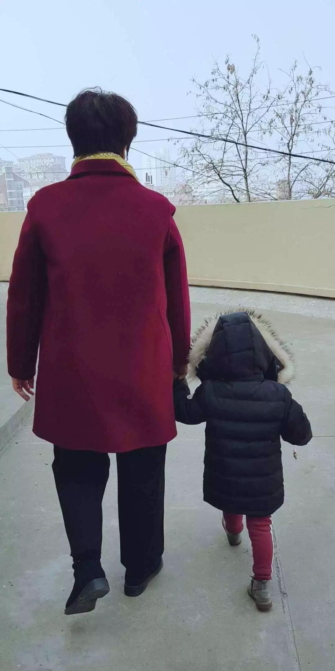 母子 牵手 背影图片_母子 牵手 背影素材_母... _摄图网图片下载