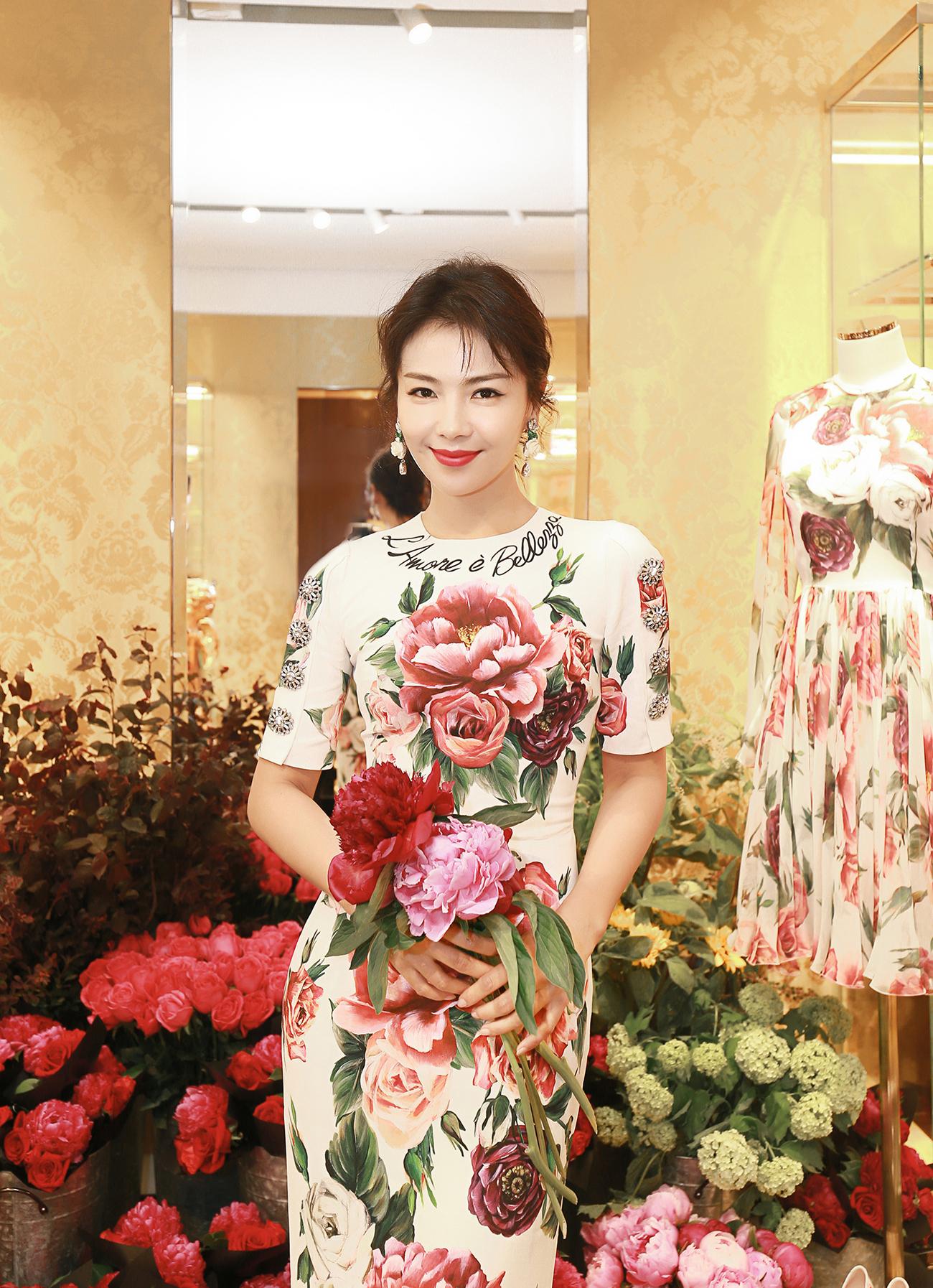 刘涛穿印花长裙现身活动,不曾想胸前的大朵印花比红唇还要抢镜