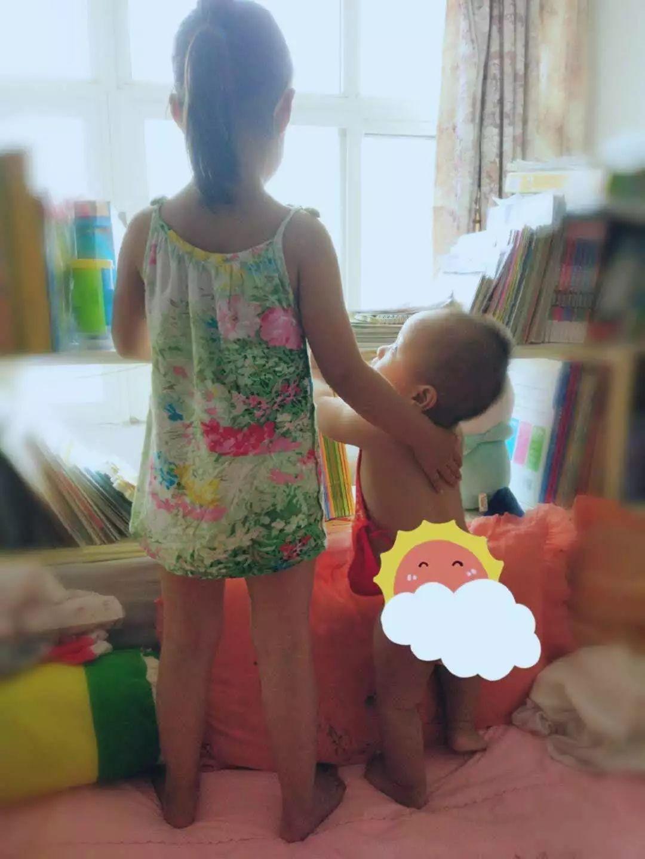 我想找一张父母牵着孩子的手的背影图片_为您提供金融留学移...