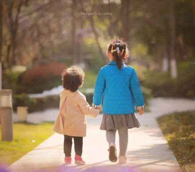 兄弟姐妹,父母小孩手牵手的背影画面,会成为一组作品里面的亮点.