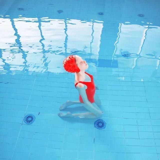 她为田馥甄拍甜美写真,用泳池少女的神秘与纯洁,定格夏日的宁静