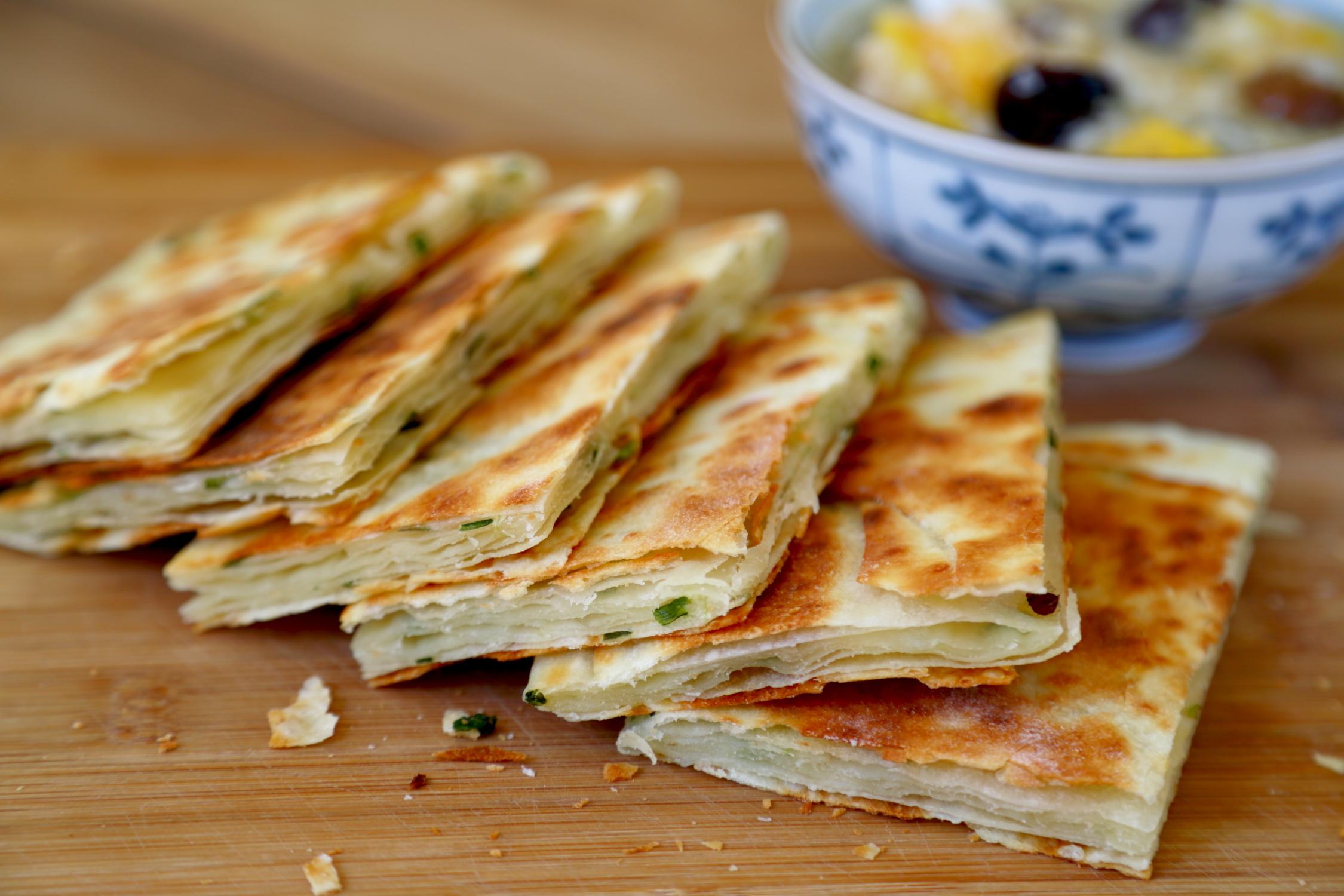简单五招做出焦香柔软的葱油饼 怎么吃都酥脆