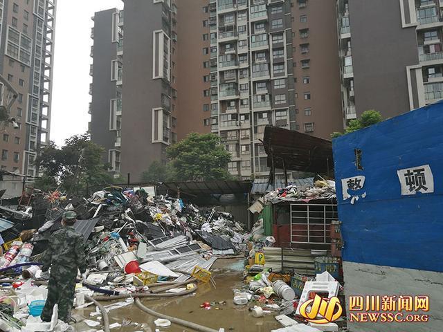 德阳一废品堆场发生火灾 现场黑烟滚滚