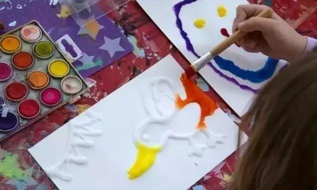 这样的撒盐画作品对大部分孩子来说,绝对是一种新奇有趣的做法。 【注意事项】 1.孩子撒盐的时候要保持力度,避免破坏作品。 2.晾干的过程中可能需要孩子的多一点耐心, 保持兴奋度才能在上色的时候更好地完成。 3.家长在教孩子做的时候可以讲明这种效果的原理。 4、盐的选择可以是家用食用盐,也可以选择腌制咸菜的粗粒盐,吸附的效果会更好。
