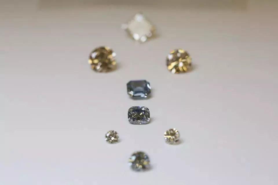 全球最大钻石开采商比尔斯公司(De_Beers)决定销售人造钻石,售价极低!