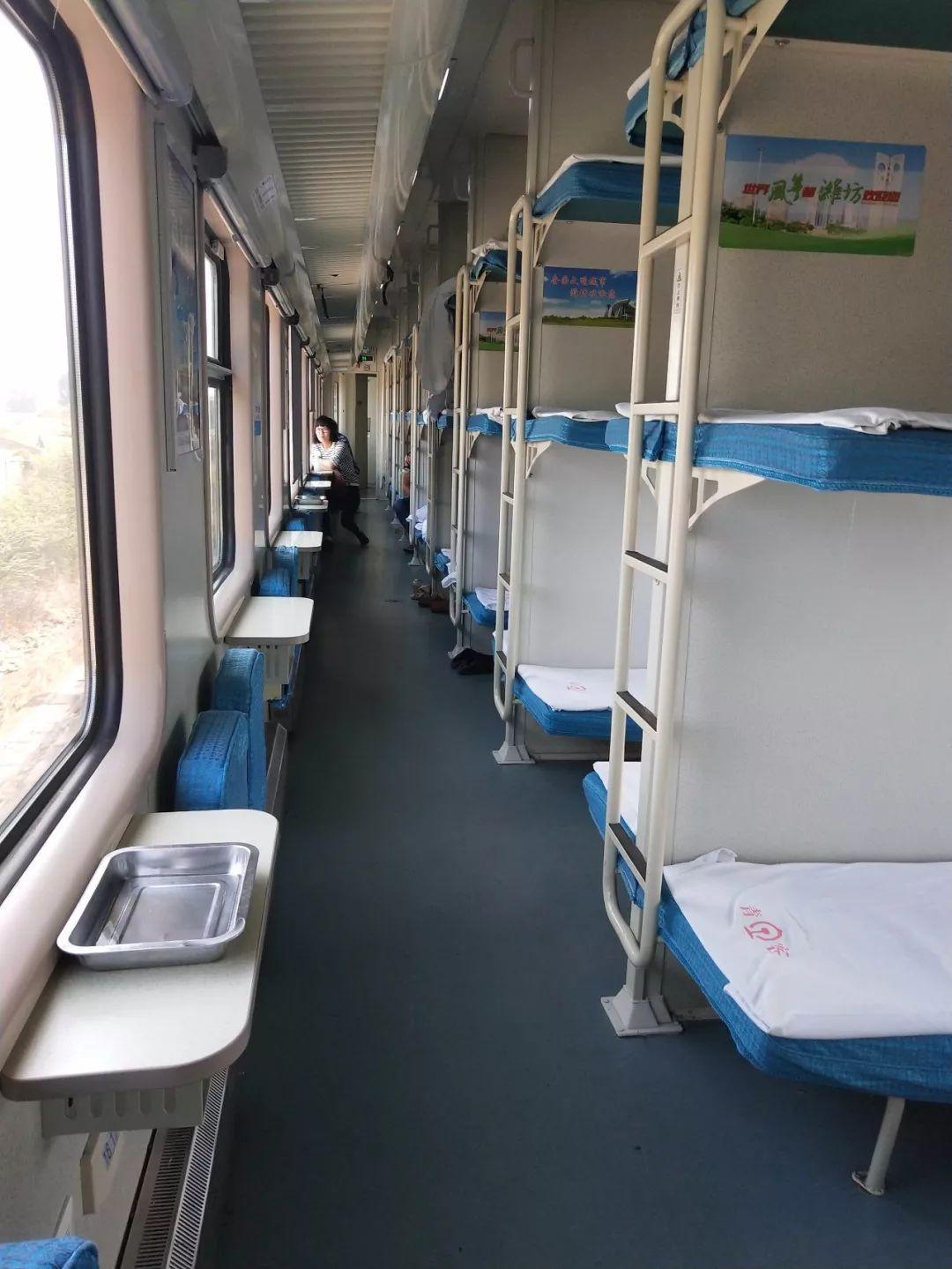 晚上火车卧铺车厢图片