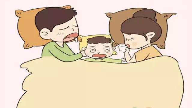 首先要确保给予宝宝充足的安全感,这时候让宝宝一个人睡觉为时过早了图片