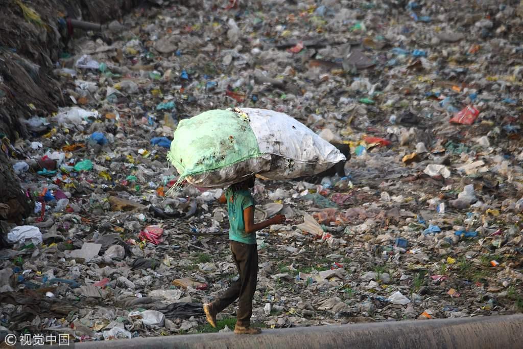 世界环境日将至 印度新德里垃圾堆积如山触目惊心