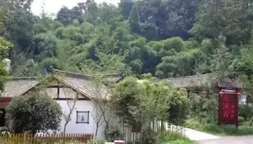 山间老骚逼_花溪村,一个被遗落的小村落,山间树林森森,不急不缓的乡村小路.