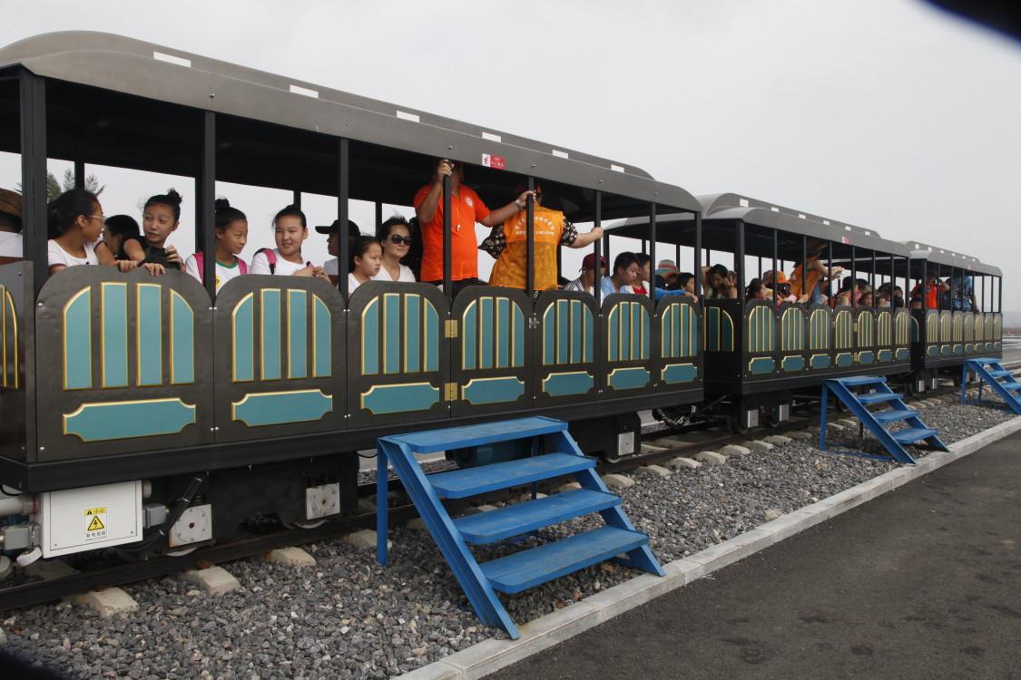 乘海盐世界公园观光小火车,体验北方茶卡风情