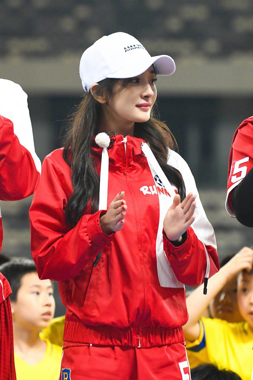 你的运动女孩上线,杨幂、关晓彤化身足球宝贝秀脚法,预热世界杯!