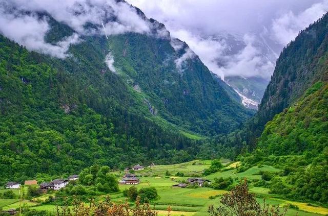 世间那么多美的风景,入了夏韵的,便是这些倚着青山的村庄