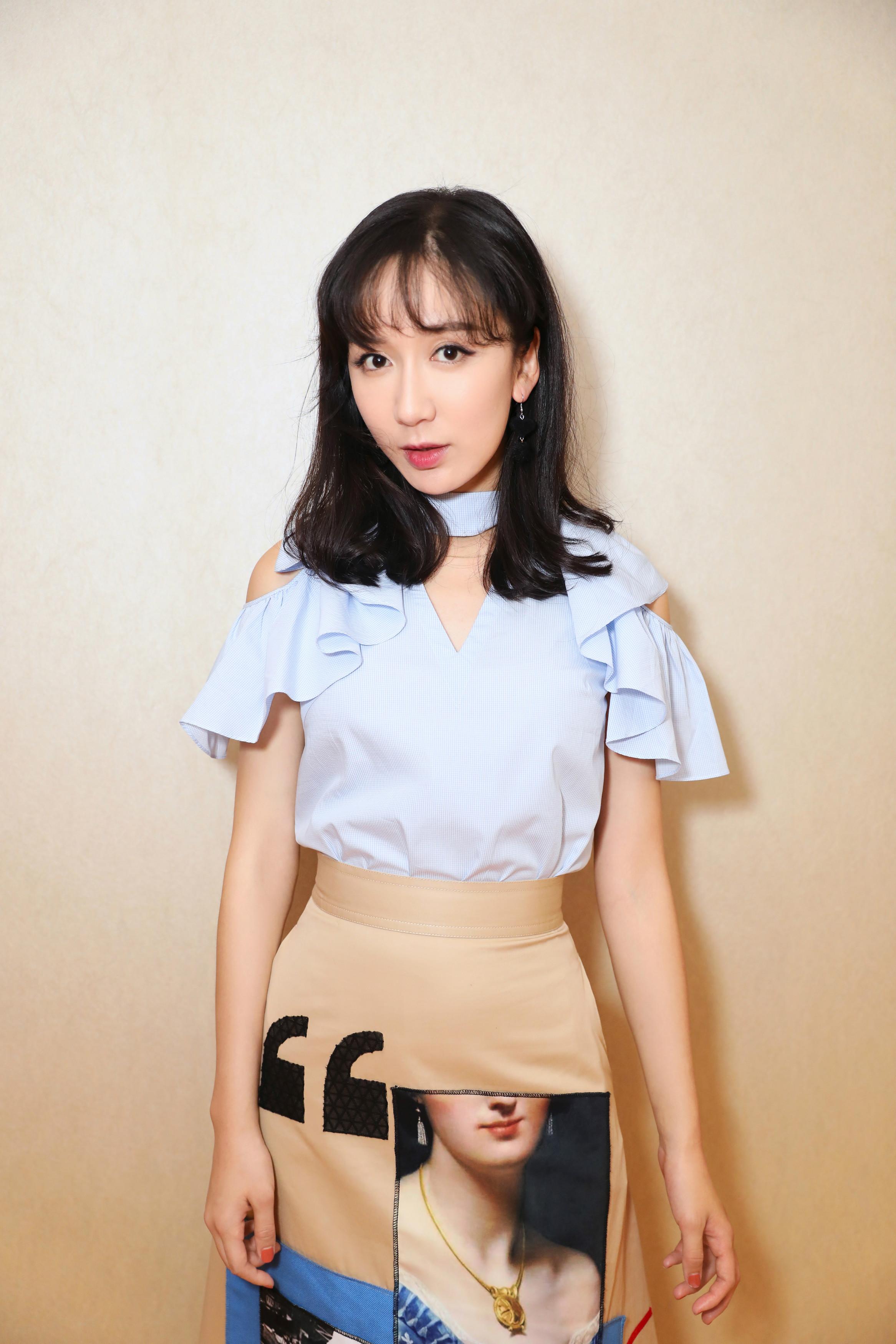 娄艺潇参加品牌直播人气旺 换新发型可爱甜美