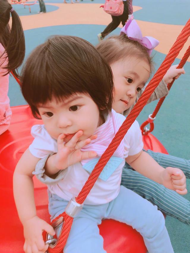 网友偶遇贾静雯一家子 波妞在镜头前一点都不害羞