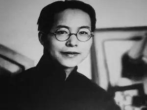 """张兆和:她是沈从文一生最美的童话,写作灵感的源泉 2018-06-06 14:08 沈从文 1929年,沈从文在上海,日子过得坏极了。他是多愁伤感的诗人。他经常愁钱、愁晚饭没人做,愁自己的文章还没写出来。身体也一天比一天坏。  """"近月来人瘦得像鬼,一切事皆不能发生兴味,乃不知如何重新来做人。""""    (沈从文)  1930年,他抱怨说,""""我只是一天比一天瘦,像吃烟君子,今天是坐在桌边打盹的,生自己的气,找不出做人的根据,所以很容易生气。""""  他开始了教书生涯。有一天,他在球场上看人玩篮球,与张兆和相遇。她 - 亮堂堂 - 广亮博客"""
