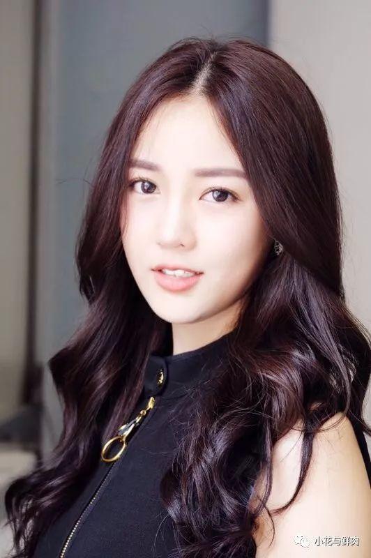 漂染成银白色的头发,过于浓重的妆容, 这样的造型将这位少女的张扬与
