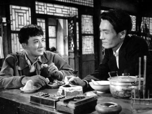 赵丹电影剧照(左一)