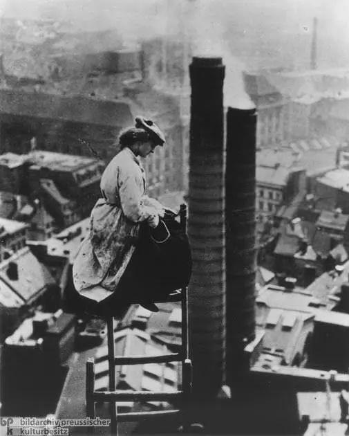 1910年,一名女性工人在德国柏林的某个屋顶上   1927年,中国上海的外滩地带   1906年,一群妇女在法国尼斯的河边洗衣服   1946年,澳大利亚亨利俱乐部的一群女性救生员   1945年,盟军在冲绳捕获两名日本儿童兵,他们声称自己年龄是18岁和
