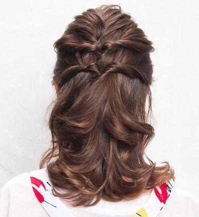 扎发的尾端,扭转一下发丝,用发夹将头发固定,刚好遮住小皮筋.图片