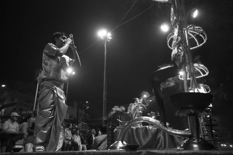 印度圣城:祭祀,沐浴成表演,跟着船工寻找恒河浮尸