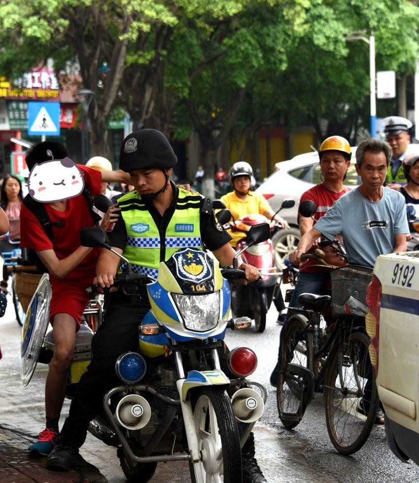 交警出动无人机护航,美女老师集体穿红旗袍送