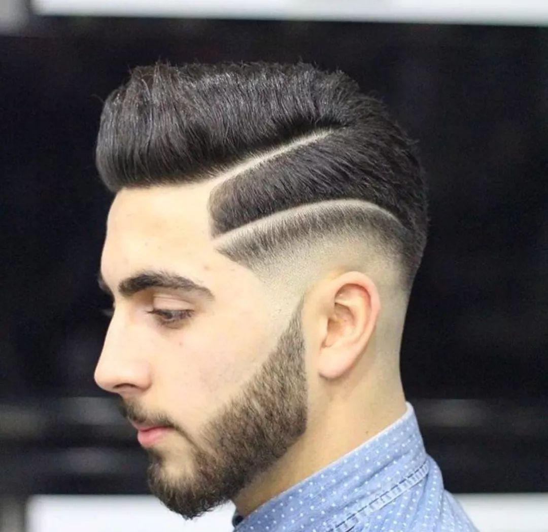 ▼ 男士发型中必有经典的蓬巴杜,而且还一定是这种光滑的造型, 在侧面