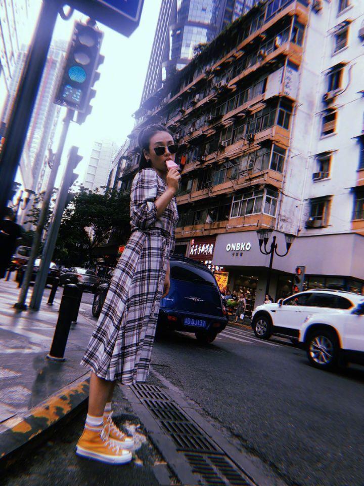 马思纯手拿冰棍漫步重庆街头 文艺复古美照清新可爱
