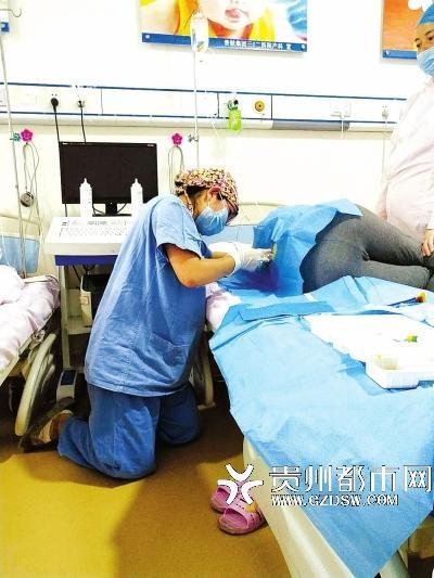 怀孕医生跪地为患者打麻药被赞:当时跪着比较方便