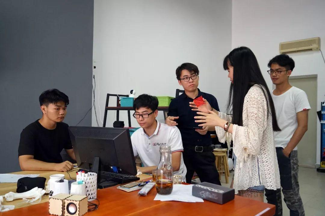创客实验室的老师经常与创客工坊的学生创业者们一起交流图片