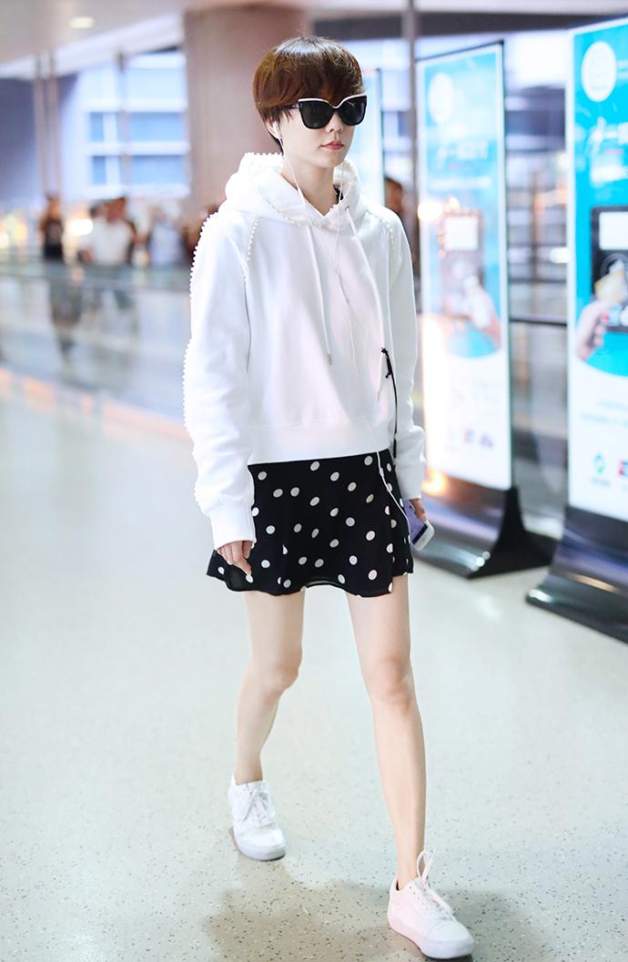 王珞丹黑衣配白裤确实有范儿,造型清爽亮眼,年度最美度假风无疑