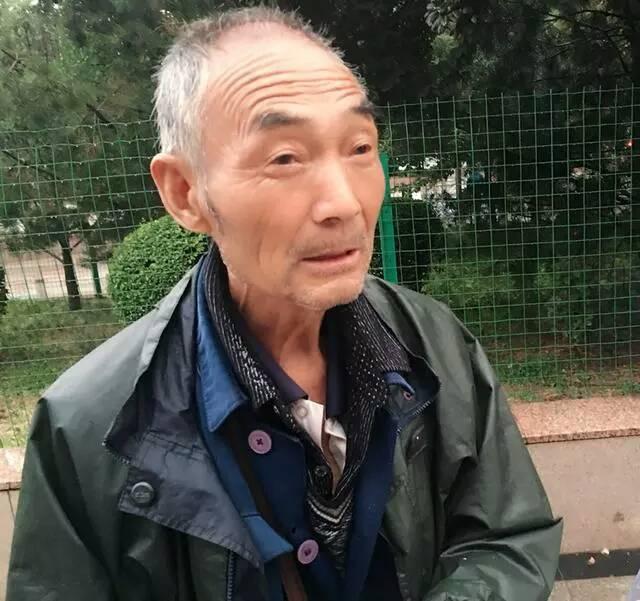 陕西渭南:一位风雨中卖水果的78岁老汉,憨爽而质朴
