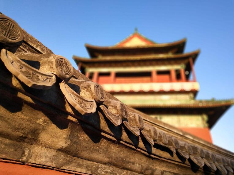 除了作为古代文物,它还是北京便利的交通线,而且鼓楼大街周边的小吃