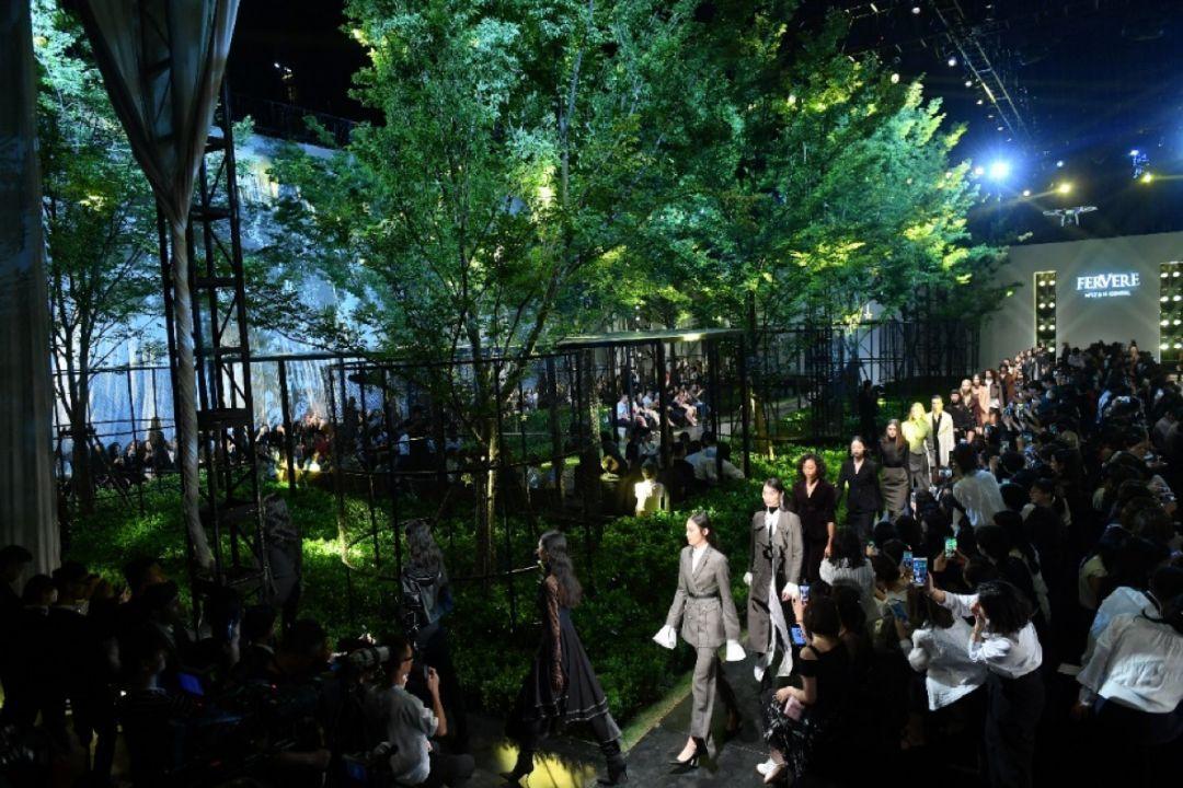 绿植环绕与冷感工业风碰撞出的创意秀场