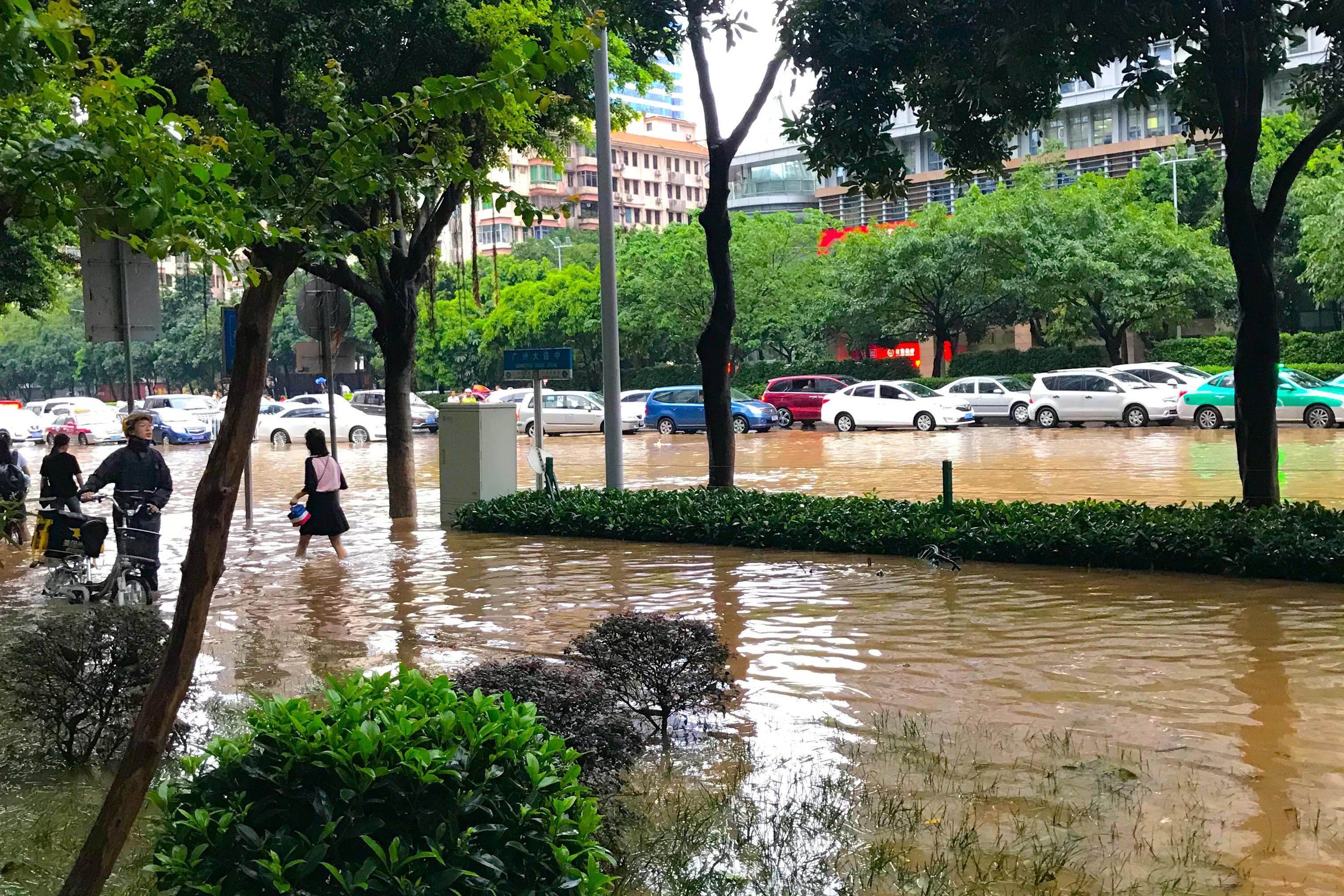 广州水灾!台风艾云尼带来的暴雨让广州变水城,场面堪比科幻电影