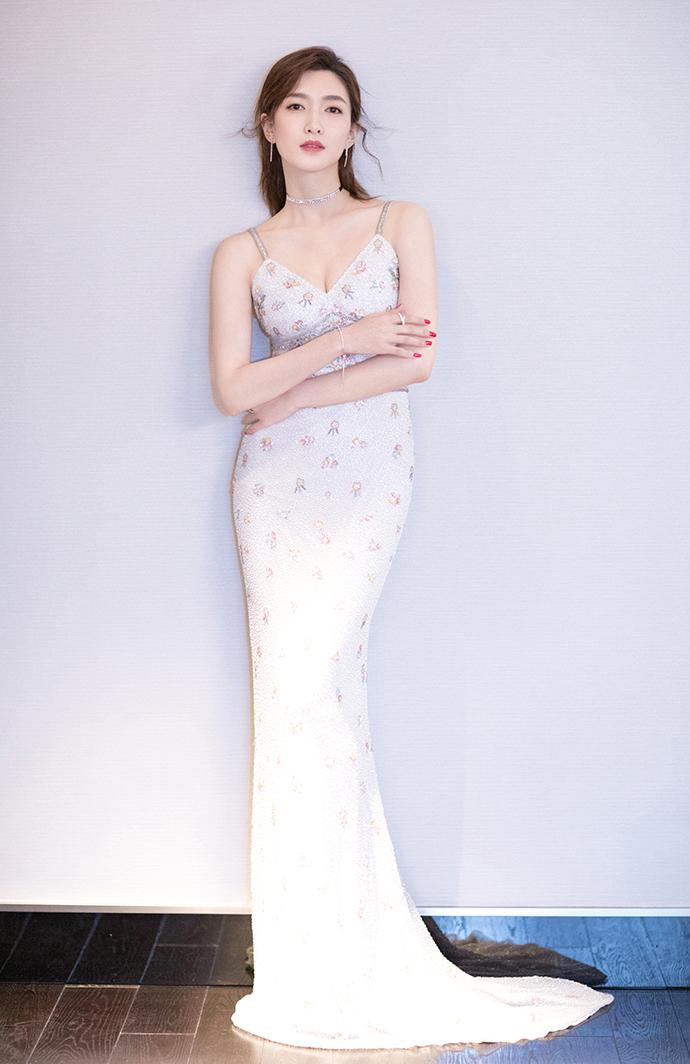 江疏影身穿白色鱼尾裙惊艳全场,头次见把鱼尾裙穿的这么仙的人