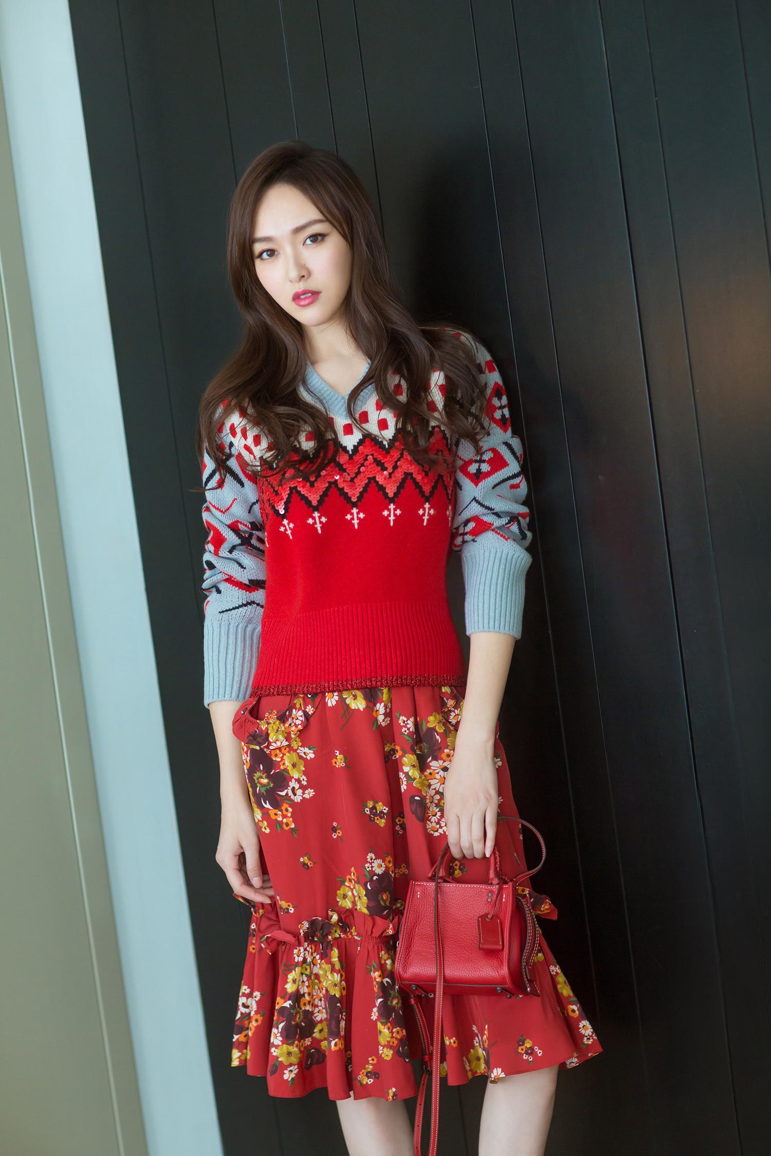 唐嫣白衬衫配红色针织裙甜美又淑女,红配绿在她这反而变得更好看